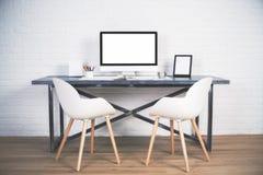 Två stolar på skrivbordet Arkivfoto