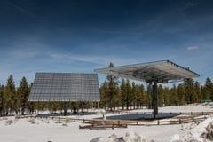 Två stora artikulera solpaneler arkivfoton