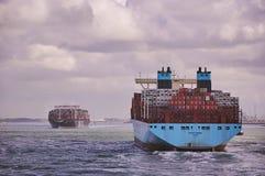 Två stora behållareskyttlar i den Rotterdam kanalen royaltyfri foto