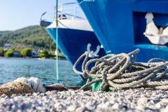 Två stora fiskebåtar binds upp med repet för skeppsdockan, marina royaltyfri bild
