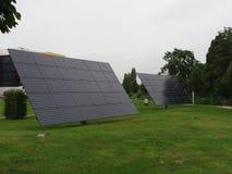 Två stora solpaneler arkivfoto