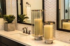Två stora stearinljus i modernt badrum Arkivfoton