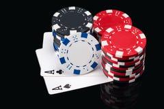 Två stora svarta kort som spelar poker under poker Arkivbild