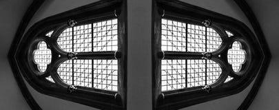 Två stora välvda fönster i kyrka Arkivbild