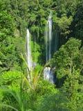 Två stora vattenfall med regnbågen, Bali, Indonesien Arkivbilder