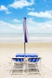 Två strandvardagsrumstolar och tält på stranden Rayong Thailand Arkivfoto