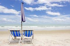 Två strandvardagsrumstolar och tält på stranden Rayong Thailand Arkivfoton