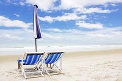 Två strandvardagsrumstolar och tält på stranden Rayong Thailand Royaltyfria Bilder