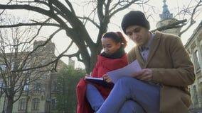 Två studenter diskuterar examina nära universitet lager videofilmer
