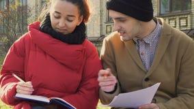 Två studenter förbereder sig till examina stock video