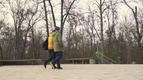 Två studenter går att parkera efter universitet lager videofilmer