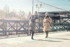 Två studenter går på gatan och hoppar hage på asfalten, ungdom, barndom Royaltyfri Fotografi