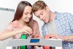 Två studenter med den tredimensionella skrivaren Royaltyfria Bilder