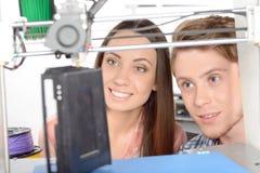 Två studenter med den tredimensionella skrivaren Arkivbilder