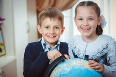 Två studenter med ett jordklot royaltyfria bilder