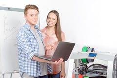 Två studenter som arbetar i laboratorium royaltyfria foton