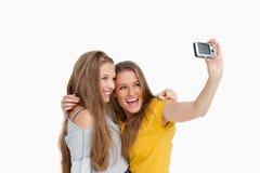 Två studenter som tar en bild av dem Arkivfoto