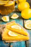 Två stycken av citronen som är syrliga med skivan av citroner Arkivfoto