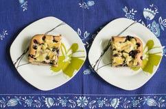 Två stycken av kakan med blåbäret Royaltyfri Bild