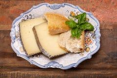Två stycken av Manchego, quesomanchego, ost som göras i La Mancha royaltyfria foton