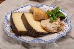 Två stycken av Manchego, quesomanchego, ost som göras i La Mancha royaltyfri fotografi