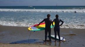 Två surfare på stranden Royaltyfri Foto