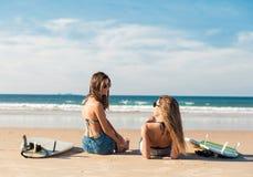 Två surfareflickor på stranden fotografering för bildbyråer