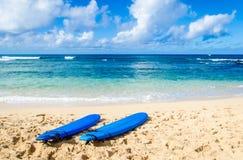 Två surfingbrädor på den sandiga stranden i Hawaii Arkivfoton