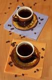 Två svarta koppar av kaffe på servetter Royaltyfria Foton