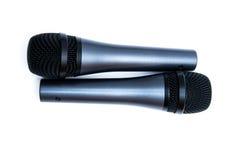 Två svarta mikrofoner på en vit bakgrund Arkivbilder