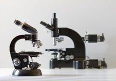 Två svarta tappningmikroskop, sidosikt Royaltyfri Bild