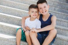 Två syskon spenderar deras tid på gatan Royaltyfri Bild
