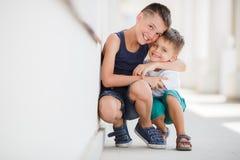 Två syskon spenderar deras tid på gatan Arkivbilder
