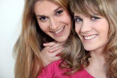Två systrar Arkivfoton