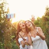 Två systrar gör rolig selfie Arkivfoto