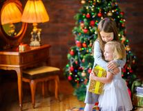 Två systrar ger gåvor royaltyfri bild