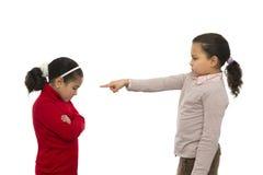 Två systrar grälar in Arkivbild