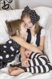 Två systrar, jublar och skrattar Royaltyfri Foto