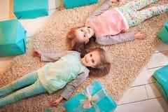 Två systrar kopplar samman för det nya året och julen Royaltyfria Foton