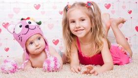 Två systrar med olikt lynne fotografering för bildbyråer