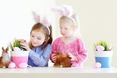 Två systrar som bär kaninöron på påsk Arkivfoton
