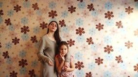 Två systrar som framme poserar av kameran lager videofilmer