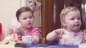 Två systrar som har frukosten på tabellen lager videofilmer