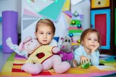 Två systrar som spelar i rummet Jul begrepp och livsstil Arkivfoto