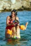Två systrar som spelar lekar och simmar i havet Royaltyfri Foto