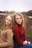 Två systrar som tillbaka sitter för att dra tillbaka Fotografering för Bildbyråer