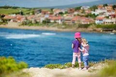 Två systrar som tycker om en seascape Royaltyfri Bild