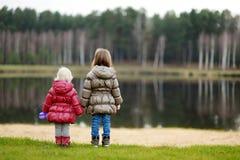 Två systrar som tycker om sikten på sen höst Arkivbild