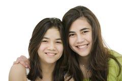Två systrar tillsammans, isolerat på white Royaltyfria Foton