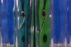 Två tång på en blå bakgrund Arkivbild